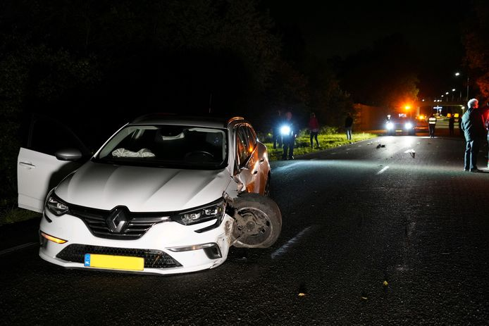 Een van de twee auto's die betrokken was bij de aanrijding in Tolkamer.