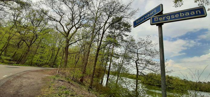 De gemeente Bergen op Zoom wil de Moervaart, de weg ingeklemd tussen De Zanderijen (rechts) en De Zoom (links) afsluiten voor auto's. Omwonenden zijn daar niet blij mee.