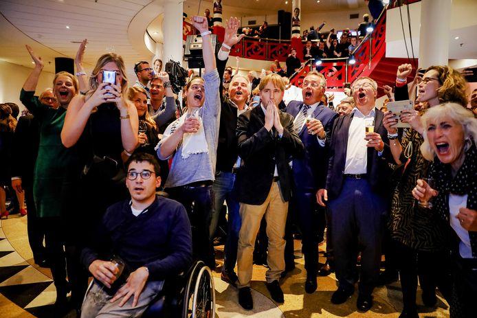 Publiek van Forum voor Democratie, met Hans Smolders en Eric de Bie, tijdens de verkiezingsavond