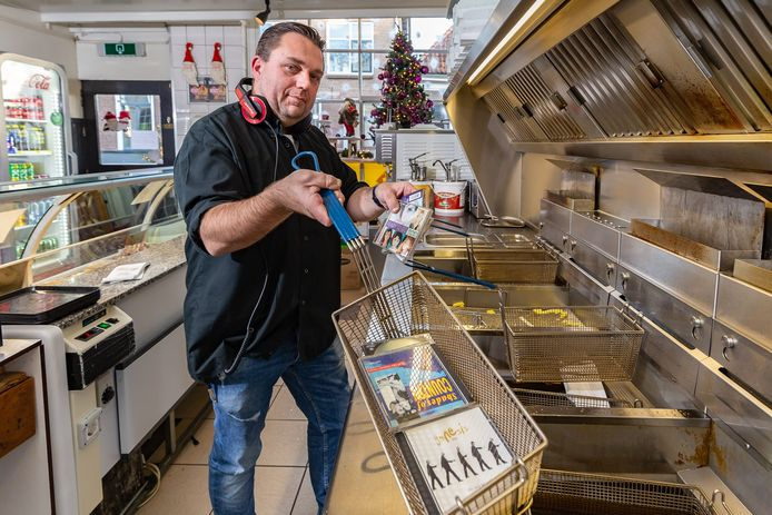 Wat doen de mensen die normaal zo druk zijn met Heel Zwartewaterland Helpt nu? Petrit Sterenberg is een van de drijvende krachten en deejays van de radiomarathon die nu door corona niet doorgaat. Hij draait normaal cd's tijdens dat weekend en bakt nu patat in zijn eigen zaak, 'Onder de Luifel' te Hasselt.