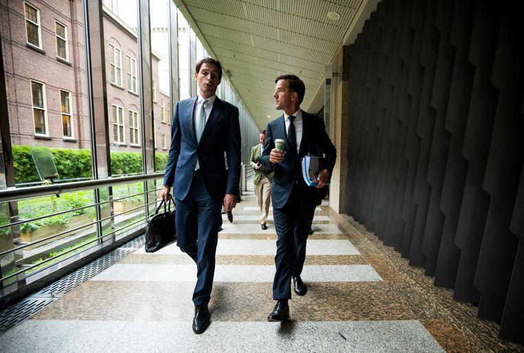 Premier Mark Rutte en Minister Wopke Hoekstra van Financiën (CDA) op weg naar dag twee van de algemene politieke beschouwingen. Beeld Freek van den Bergh