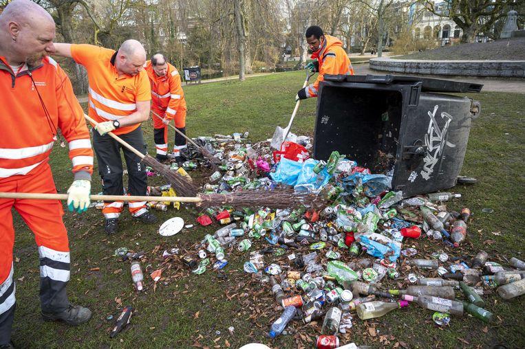 Opruimen na een feestje bij het Vondelpark in Amsterdam. Beeld ANP