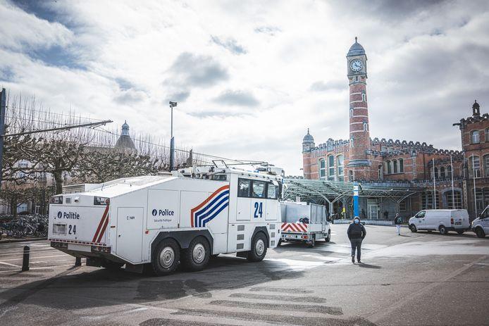 Na verschillende vechtpartijen tussen Brusselse en Gentse jongeren afgelopen week, verhoogt de Gentse politie, in samenwerking met de federale politie, de waakzaamheid aan het Sint-Pietersstation