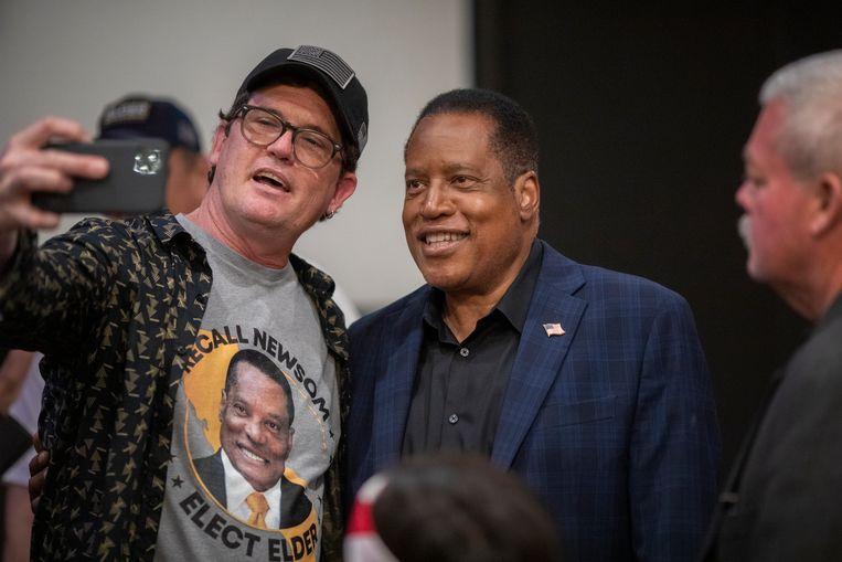 Fans gaan op de foto met de Trumpiaanse Larry Elder. Beeld Getty Images