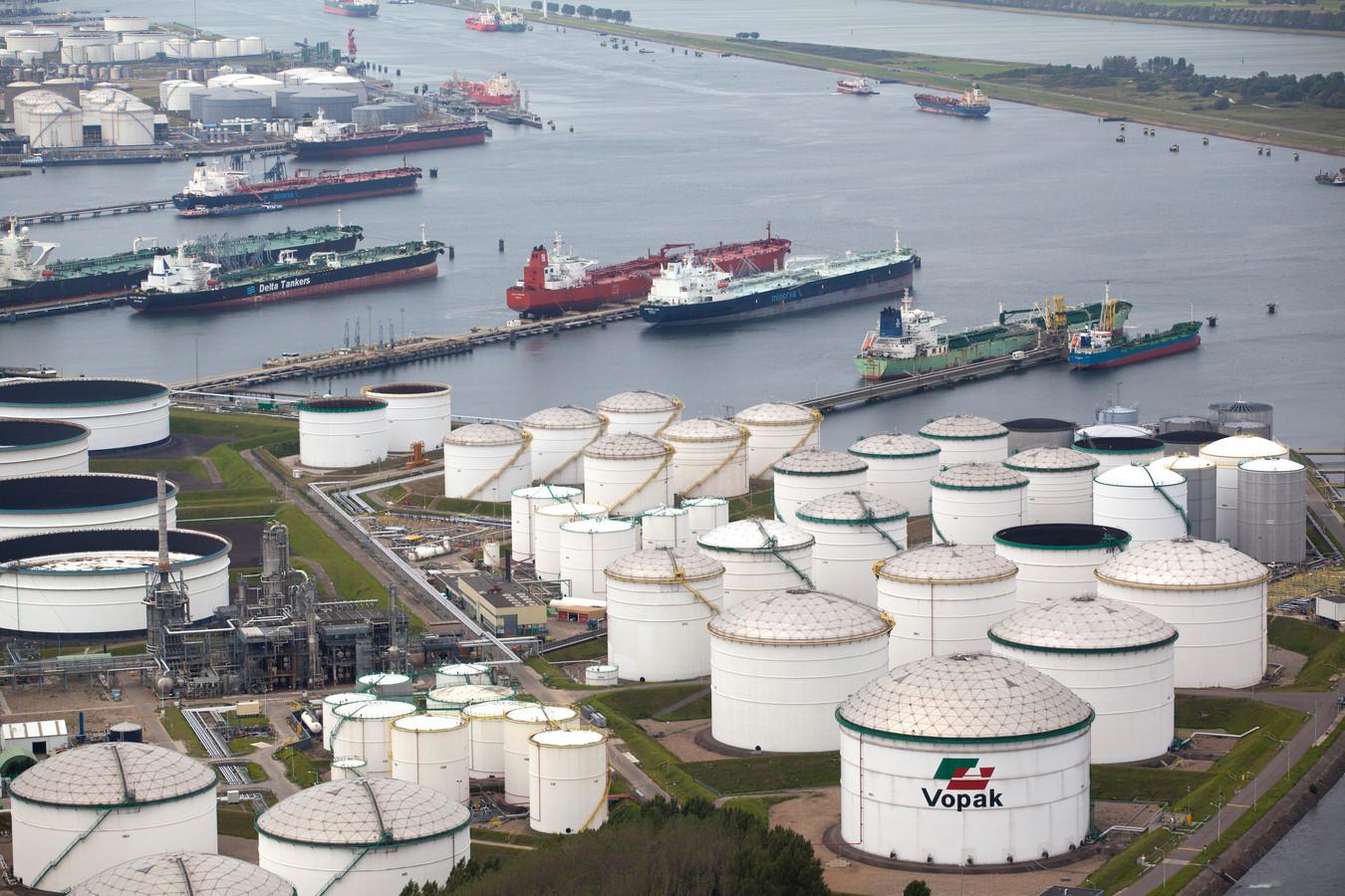 Opslagtanks van Vopak in de Rotterdamse haven