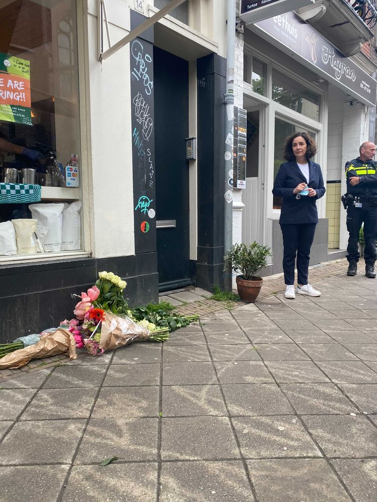Bloemen op de plek waar de 64-jarige Amsterdammer vrijdagavond om het leven kwam. Beeld Het Parool