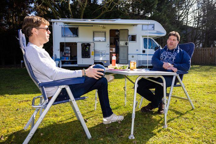 Jelle Boelsma (l) en Remko van Bakel zijn er vroeg bij dit campingseizoen, de twee vrienden uit Dordrecht genieten van hun lunch bij De Zandmeren in Kerkdriel.