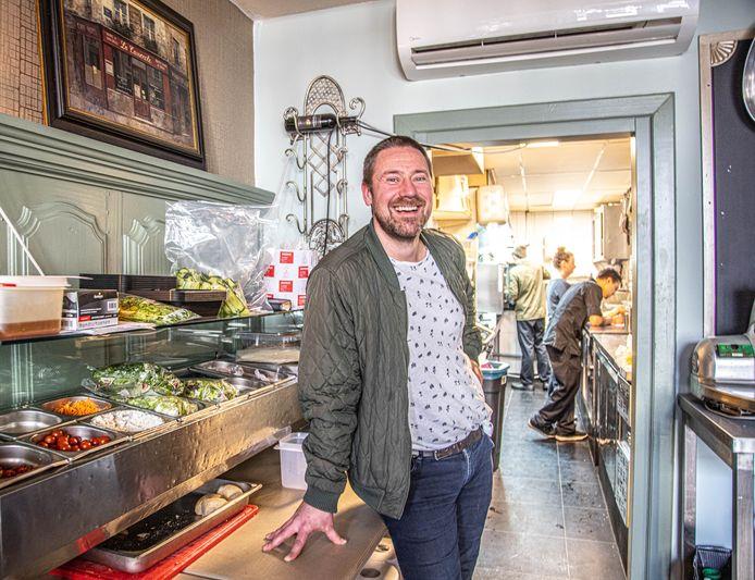 Martin Rienstra in de keuken van zijn Bistro de Zoete Inval, waar hij ook komend jaar weer studenten nodig heeft. Maar de instroom van nieuwe studenten blijft achter bij de opleidingen.
