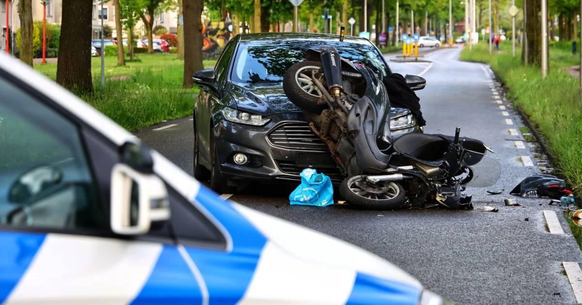 Undercover politieauto in aanrijding met scooter.