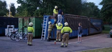 Jongens klimmen in container, kunnen er niet meer uit en moeten de brandweer bellen in Drunen