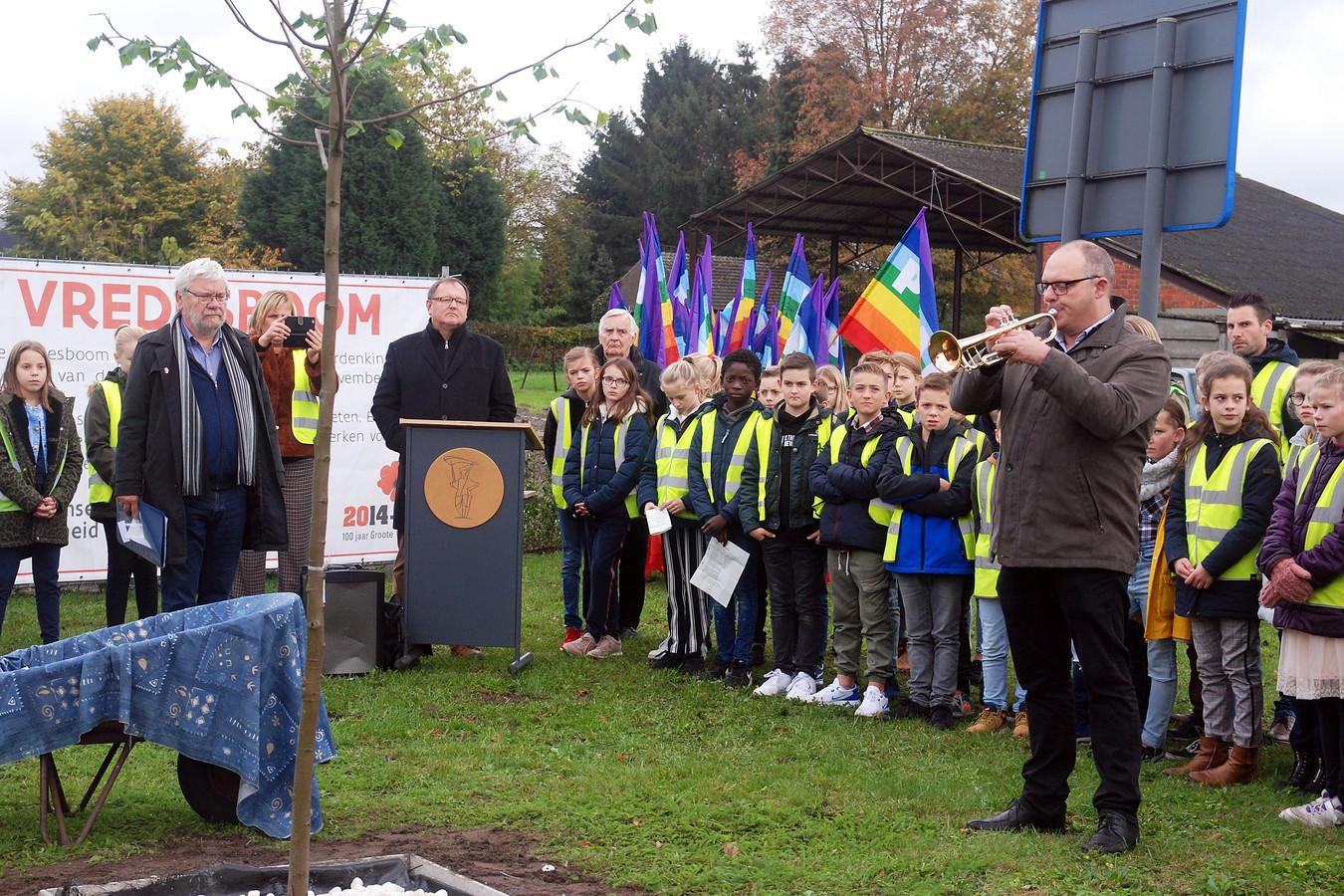 Zo'n honderd leerlingen van drie scholen hielden woensdag een herdenkingsmoment aan de vredesboom.