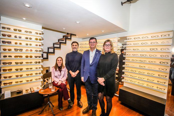 Met Maison Lunettes is Mariakerke een opvallende winkel rijker in de Nieuwpoortsesteenweg. (Vlnr) Schepen Verkeyn, Rodi Kreimech, burgemeester Tommelein en Mieke De Bruycker stelden de optiek voor.