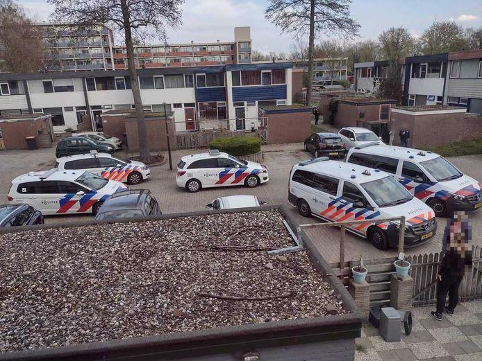 Met groot machtsvertoon arriveerde de politie maandag iets na 17.00 uur bij een woning aan de Imkersdreef in Apeldoorn. Daar ging een forse man van 49 jaar uit zijn dak en begon agenten uit te schelden.