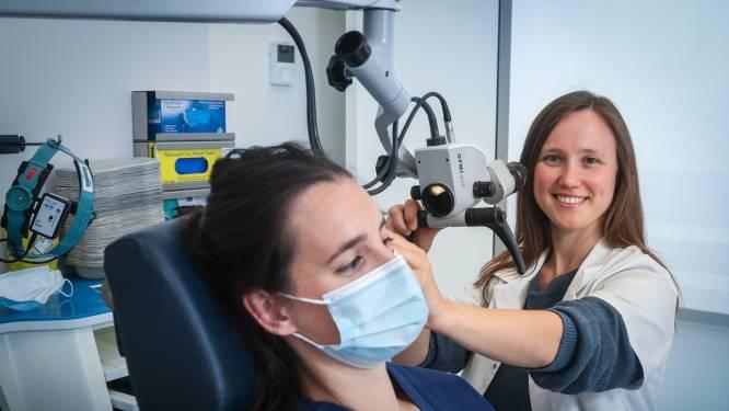 """Vaak last van oorproppen? Nko-arts legt uit wat je eraan doet: """"Oortjes dragen om muziek te luisteren stimuleert de oorsmeerkliertjes"""""""