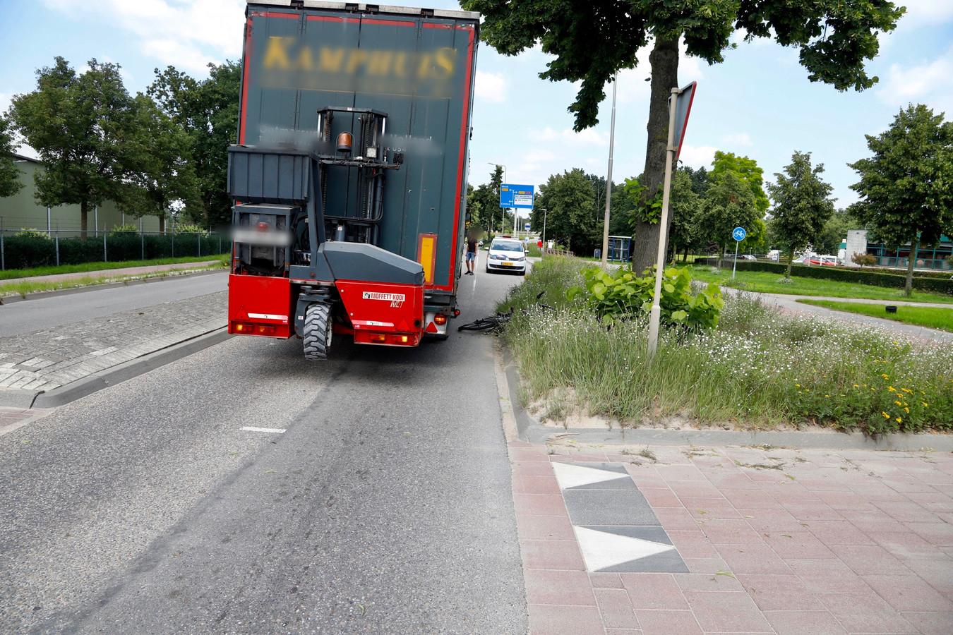 De vrachtwagen die tegen de fietsster is gereden staat een aantal meters voorbij de oversteekplaats van het fietspad. De fiets ligt naast de vrachtwagen in de berm.