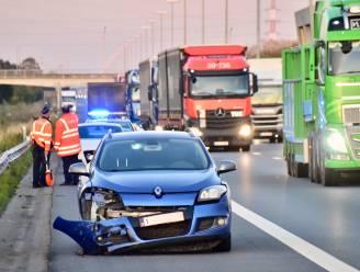 Auto's botsen op snelweg: één bestuurder gewond, flinke file richting Franse grens