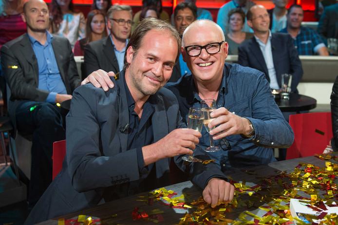 Schrijver Michel van Egmond (L) en oud-voetballer, voetbalanalist en mediafenomeen René van der Gijp zijn dinsdag onderscheiden met een Gouden Mossel.