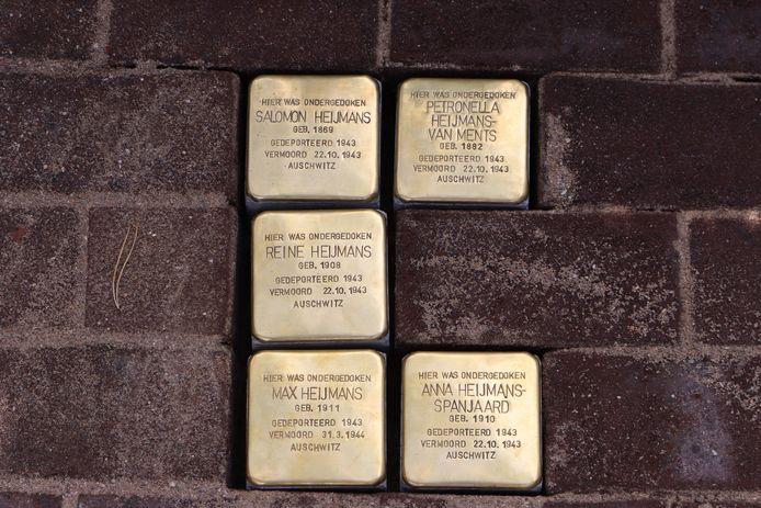 In Oisterwijk werden onlangs weer 6 nieuwe struikelstenen gelegd om de herinnering aan slachtoffers van de Holocaust levend te houden. Nabestaanden en burgemeester Hans Janssen waren daarbij aanwezig.