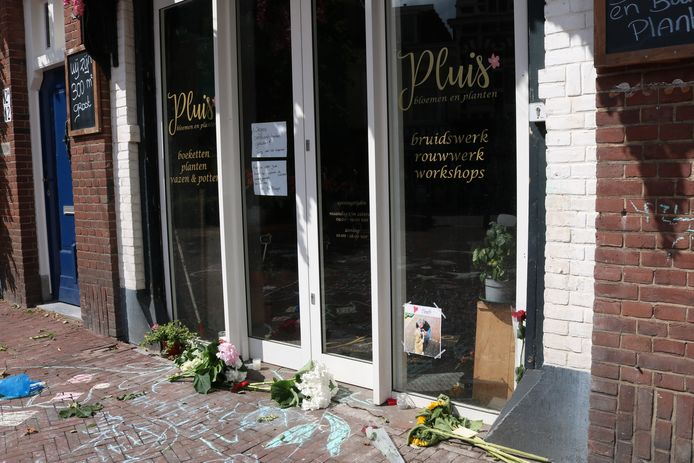 Voor de deur van Bloemenwinkel Pluis aan de Stationsweg in Den Haag zijn bloemen gelegd voor Janet. De winkel is tijdelijk gesloten.