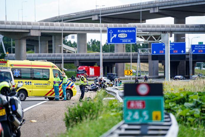 Een motorrijder is zondagmiddag om het leven gekomen bij een ongeval op de A16 tussen Rotterdam en Ridderkerk