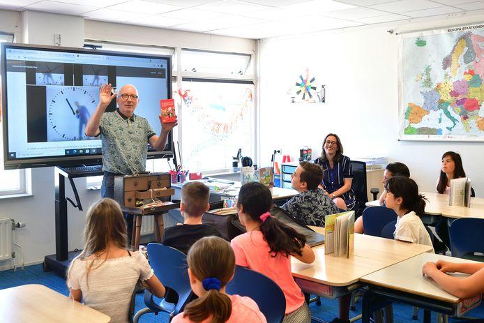 De leerlingen luisteren aandachtig naar Arend van Dam.