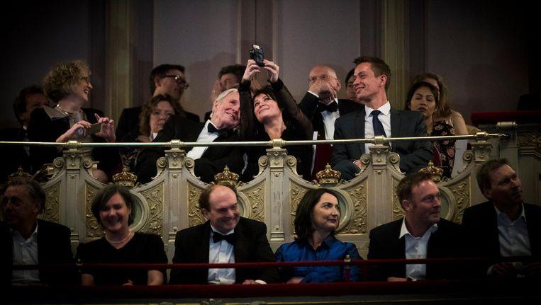 Griet op de Beeck en Jan Terlouw maken een selfie Beeld anp