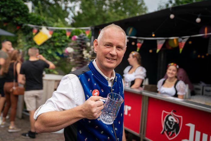 Ignase Hoen vermaakt zich tijdens de Deutsche Mittag op de kermis in Huissen.