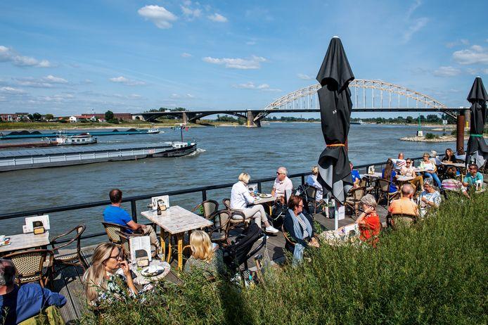 Genieten van het weer en het uitzicht op het terras in Nijmegen.