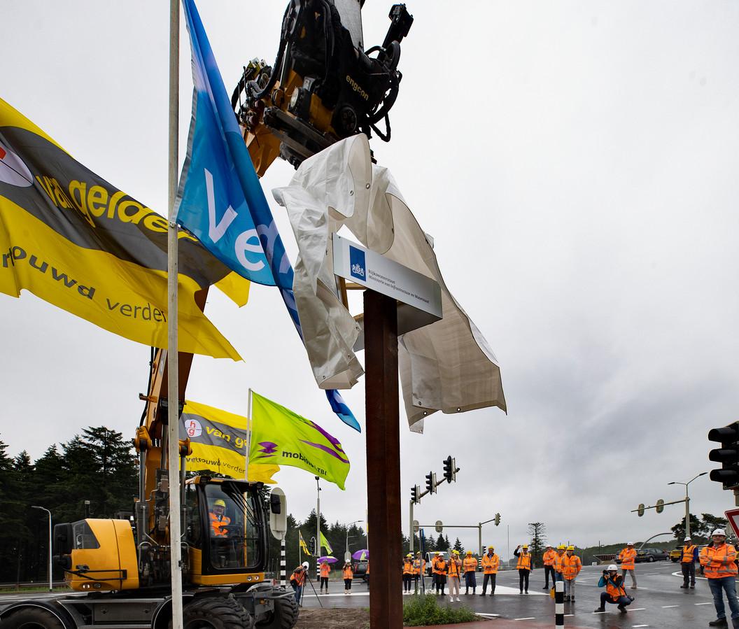 Het nieuwe viaduct over de A67 ter hoogte van Veldhoven is officieel geopend, automobilisten kunnen er vrijdag voor het eerst overheen rijden.