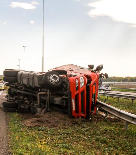 Berging van gekantelde tankwagen begonnen: A16 opnieuw dicht