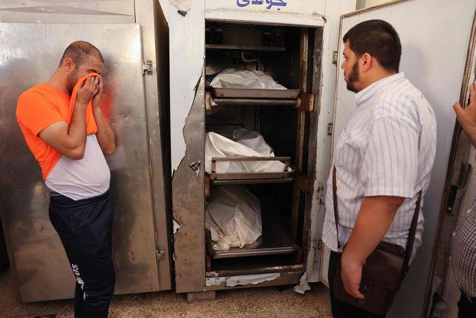 Een man huilt in het mortuarium om het overlijden van zijn broer Iyad, die in een rolstoel zat, diens zwangere vrouw en hun driejarige dochter.