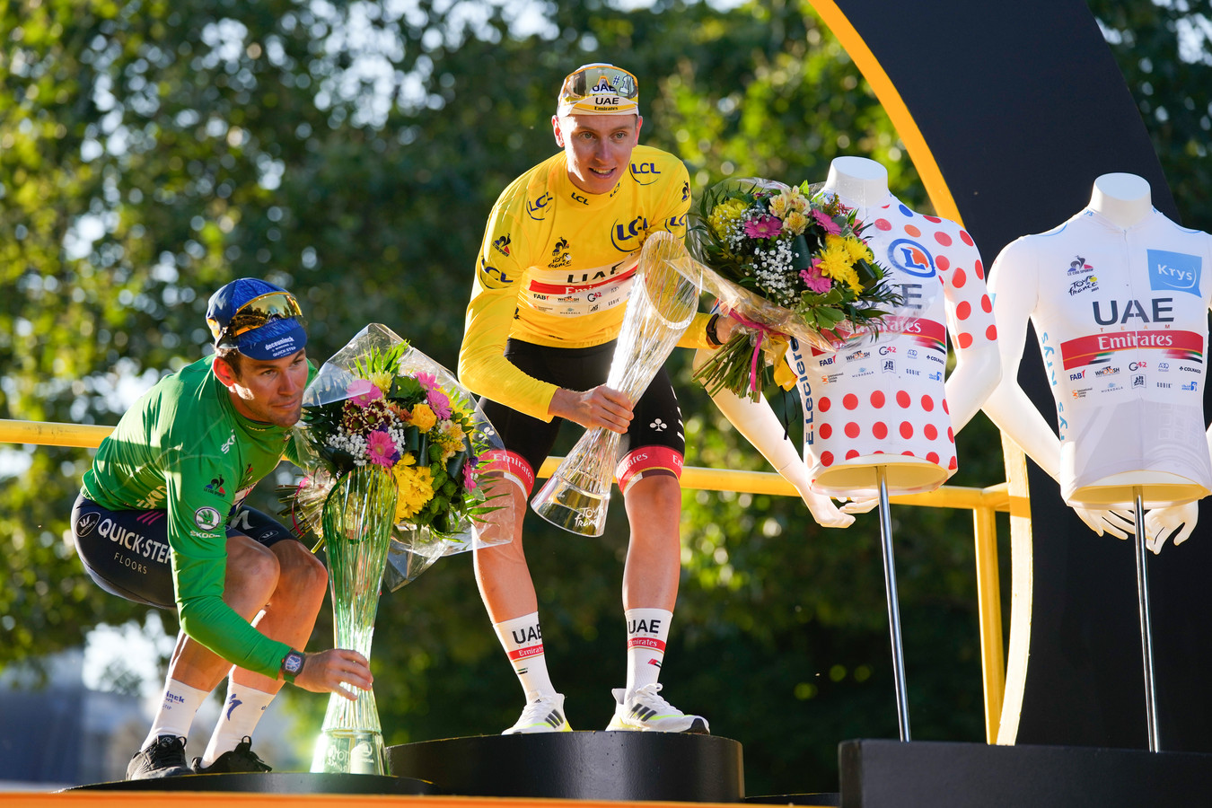 Tadej Pogacar won in de afgelopen Tour niet alleen de gele trui, maar ook de bolletjestrui en witte trui.