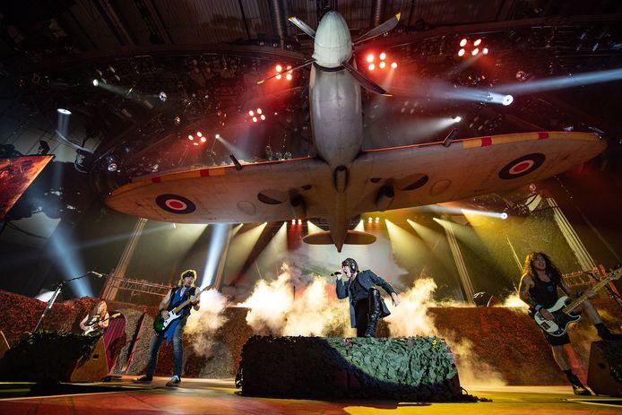 Spitfire boven het podium bij Iron Maiden, tijdens een concert in Tallinn.