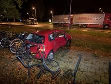 Auto plet twee fietsen in stalling na botsing Vianen