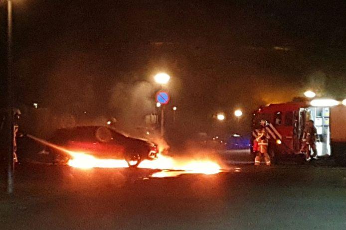 De brandweer bij de brandende auto's aan de Buizerdstraat.