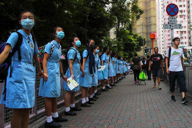 September 2019, middelbare schoolleerlingen uit Hong Kong vormen een protestketen door de stad. Beeld EPA