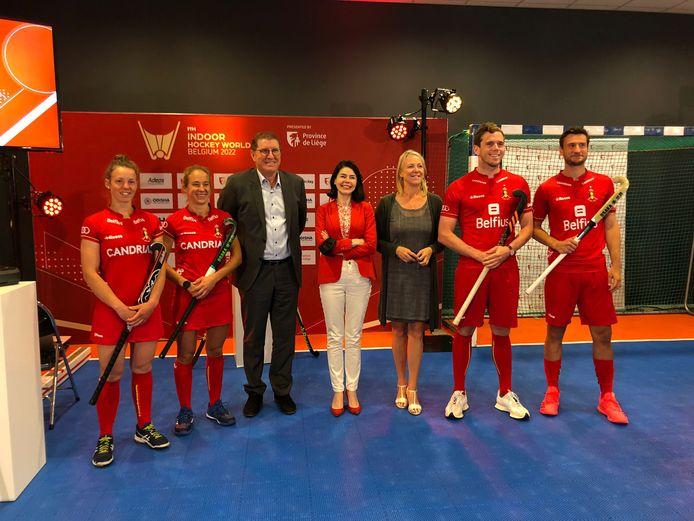Van links naar rechts: Elodie Picard, Laurine Delforge, Thierry Weil, CEO van de Internationale Hockey Federatie, Valérie Glatigny, Minister van Sport van de Federatie Wallonië-Brussel, Katty Firquet, gedeputeerde en vice-voorzitter van de Provincie Luik, Tom Degroote en Philippe Simar