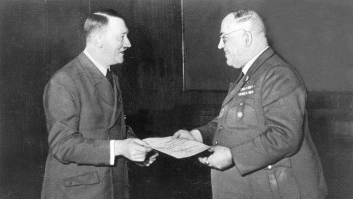 Adolf Hitler en zijn lijfarts Theodoor Morell, die de Führer van heroïne voorzag.
