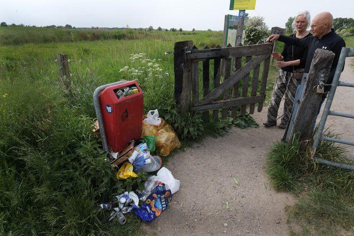 Hier is het afval wel meegenomen van de strandjes, maar kan de prullenbak de rotzooi niet aan.