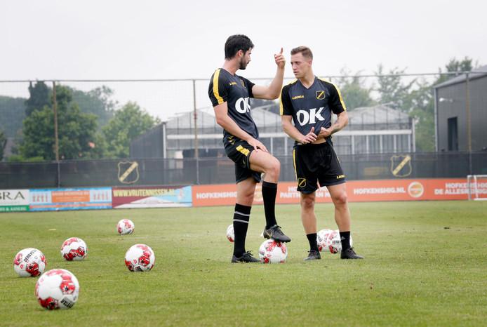 Aanwinst Nacho Monsalve en de gebleven Alex Gersbach discussiëren op de training.
