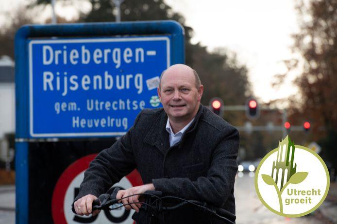 Wethouder Rob Jorg bij het plaatsnaambord van Driebergen-Rijsenburg.
