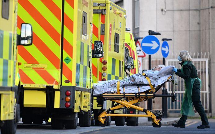 Een patiënt wordt het Royal London-ziekenhuis binnen gereden. De Britse zorg is onder hoge druk komen te staan door het groeiende aantal coronapatiënten.