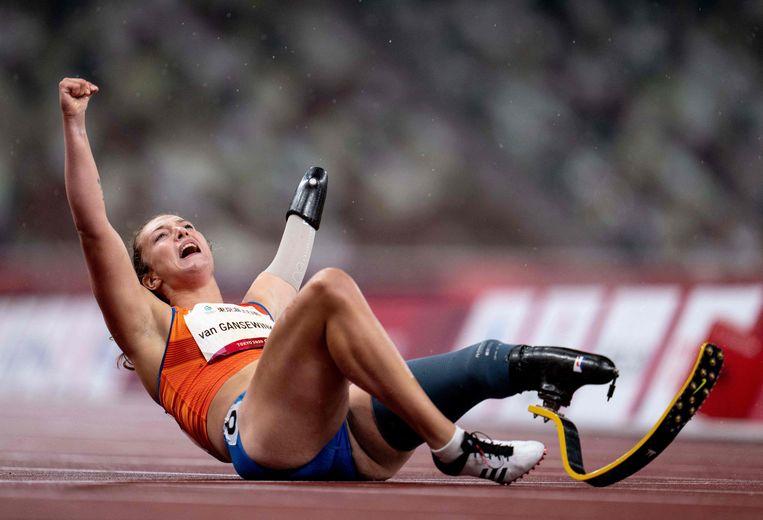 De Nederlandse atlete Marlène van Gansewinkel heeft gisteren een gouden medaille gehaald bij de Paralympische Spelen in Tokio. Ze veroverde de titel op de 200 meter in de klasse T64, voor atleten met een onderbeenprothese.  Beeld AFP