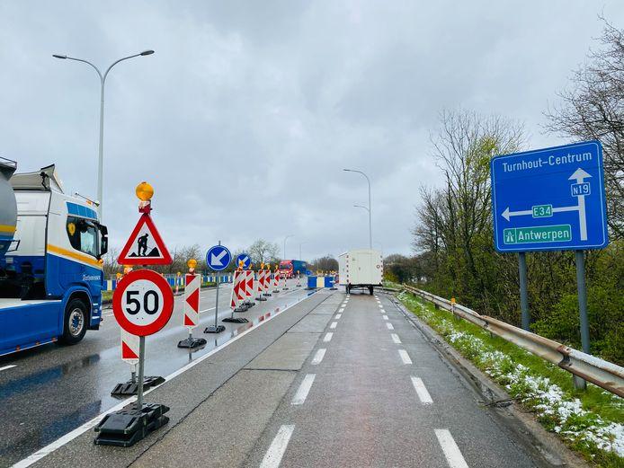 Aan de brug over de E34 (afrittencomplex 24) worden onder andere de brugvoegen vernieuwd