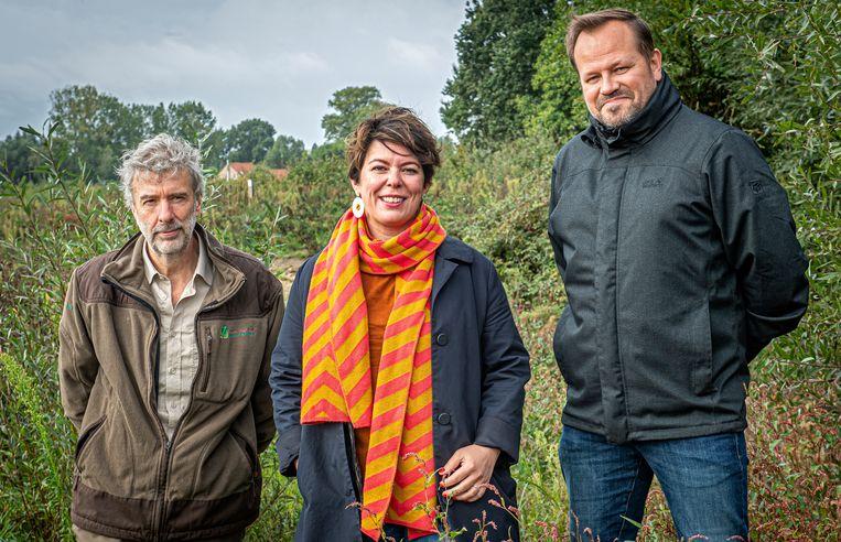 Boswachter Mathieu Fore, schepen Michèle Hostekint en projectleider openbaar domein Giovanni Vandewaetere in het Bergmolenbos.