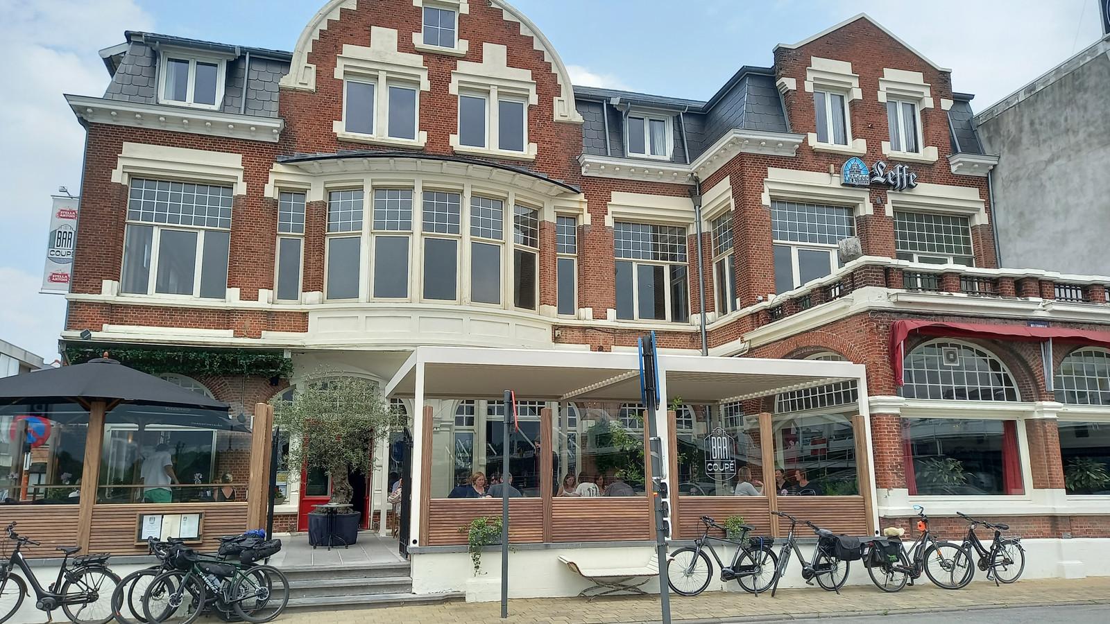 Bar Coupé liet een gloednieuw terras aanleggen bij het historisch hotel Temsica waar men zowel kan lunchen of dineren.