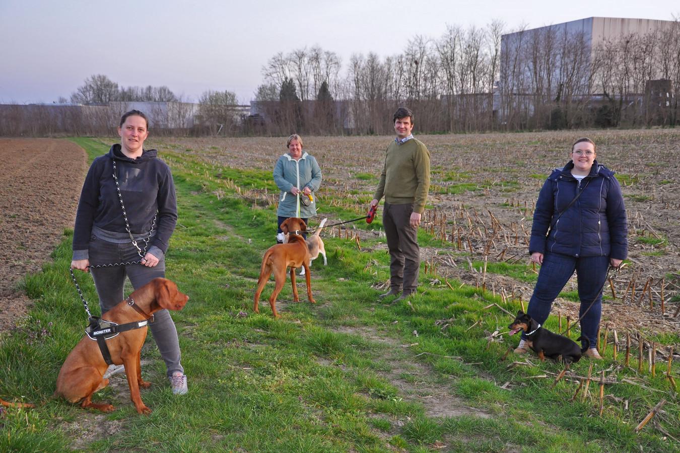 Vlnr. Heidi Van Peer, Caroline De Nul, gemeenteraadslid Reinout Janssens en Stefanie De Nul van oppositiepartij STERK! zijn vragende partij voor een hondenlosloopweide in Erpe-Mere.