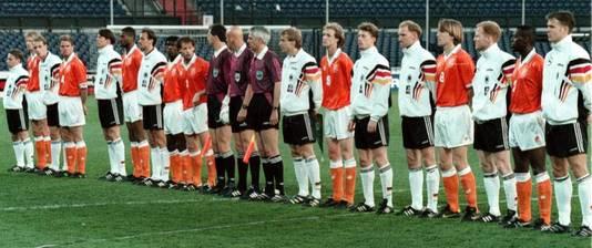 Nederland en Duitsland vlak voor een oefenduel in 1996 in Rotterdam. © ANP