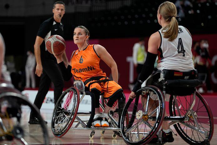 Jitske Visser in actie tegen Duitsland in de halve finale van het paralympisch rolstoelbasketbaltoernooi.