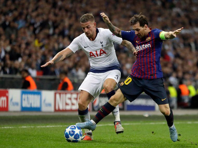 Lionel Messi in duel met Toby Alderweireld van Tottenham Hotspur.  Beeld AP